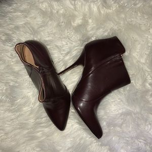 Dark plum shoes with gold trim on the heel ✨